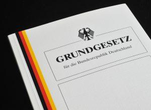 """Bild vom deutschen Grundgesetz als Symbol für den Test """" Leben in Deutschland"""" bei der Go Language in Heilbronn, in Verbindung mit dem Deutschkurs Heilbronn"""