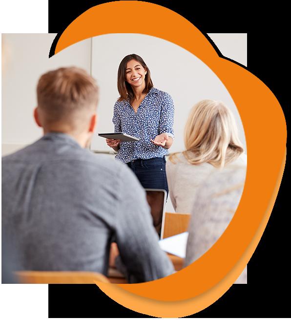 Frau unterrichtet Mitarbeiter in einem Sprachkurs für Firmen in der Go Language Sprachschule Heilbronn